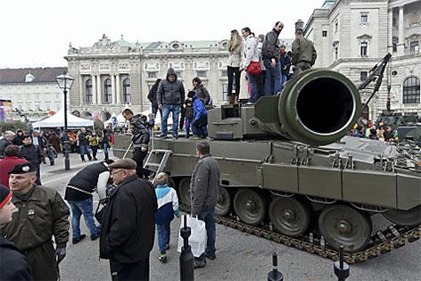 Menschen auf einem Panzer