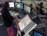Blick ins Radio Salzburg Sendestudio. An den Reglern steht Walter Höller