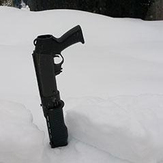 Pistole steckt im Schnee