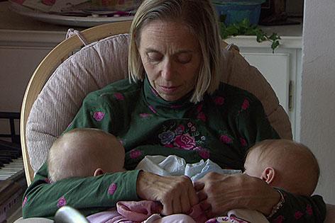 Mutter Sandra Rigger mit Zwillingen