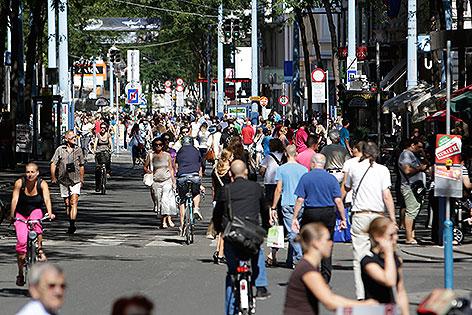 Passanten in der Fußgängerzone Mariahilfer Straße