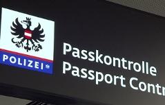 Schild Passkontrolle Flughafen Schwechat