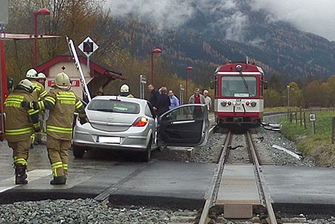 Unfallstelle mit beschädigtem Auto und Triebwagen der Pinzgauer Lokalbahn