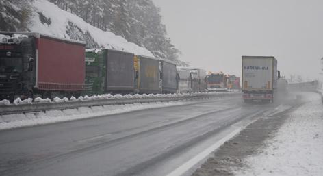 Lkw-Stau auf der Brennerautobahn im Winter