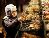 Kind vor Weihnachtsmarktstand