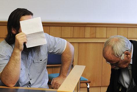 Verdächtiger Islamist vor Gericht, mit Zettel vor dem Gesicht