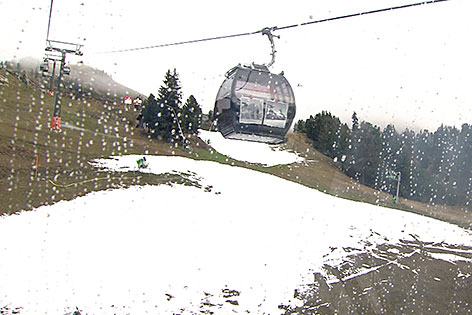 Skipiste mit wenig Schnee und viel Wiese