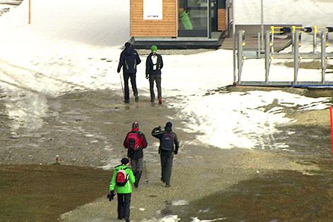 Wanderer neben Skilift Station