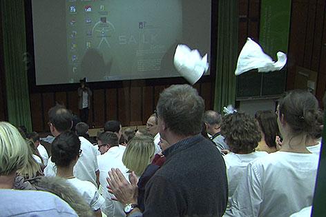 Fliegende Arztkittel bei Ärzteversammlung in den Salzburger Landeskliniken