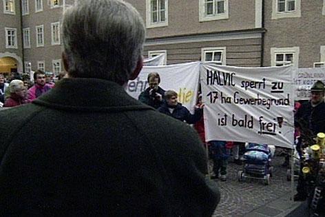1996: Landeshauptmann Hans Katschthaler mit aufgebrachten Bürgern aus Kuchl im Chiemseehof