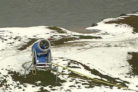Schneekanone an Speicherteich mit wenig Schnee