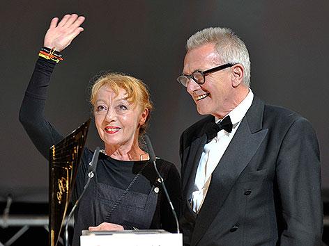 Erwin Piplits und Ulrike Kaufmann mit dem Nestroy für ihr Lebenswerk 2010 im Burgtheater