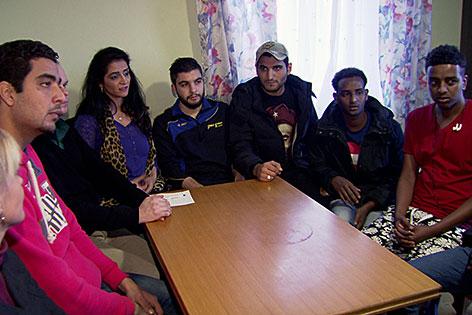 Flüchtlinge (Asylwerber) aus Syrien sitzen an einem Tisch