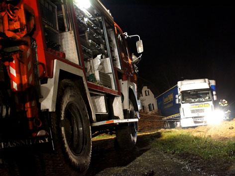 LKW-Bergung durch Feuerwehr