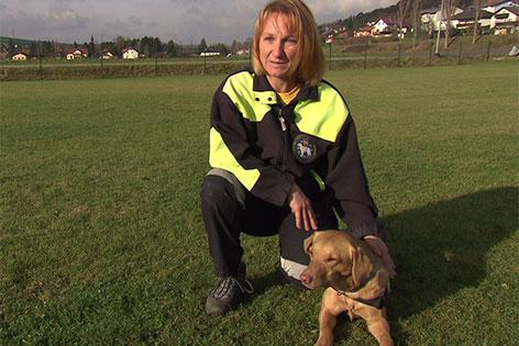 Labradorhündin June mit ihrer Trainerin