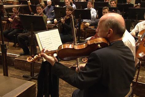 Der 63-jährige Bratschist Heinrich Koll wird gemeinsam mit seiner 26-jährigen Tochter, der Geigerin Patricia Koll, am 1. Jänner beim Neujahsrkonzert spielen