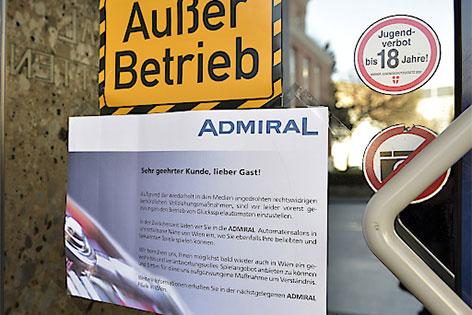 """""""Außer Betrieb"""" auf Wettcafe-Tür"""