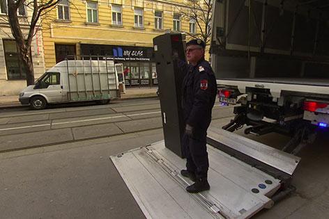 Automat wird abtransportiert