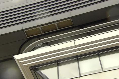 Nach neuerlichem Absturz einer Platte von der Fassade der WU wurde ein Teilbereich gesperrt