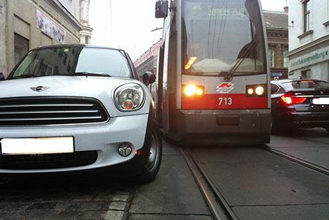 Falschparker hindert die Straßenbahn in der Kreuzgasse am Weiterfahren