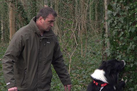Herrl mit Hund im Wald