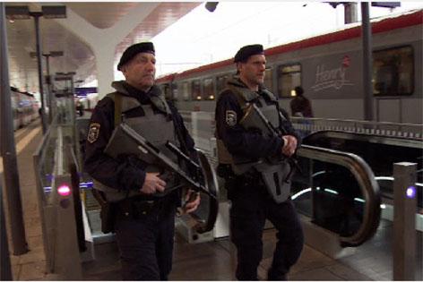 Polizisten am Salzburger Hauptbahnhof
