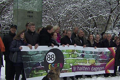 Vertreter der Aktion gegen Rechtsextremismus vor dem Euthanasie-Mahnmal im Salzburger Mirabellgarten