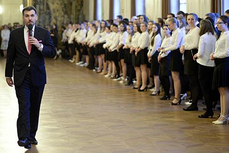 Emanuel Svabek bei Probe mit Debütantinnen und Debütanten vor Opernball