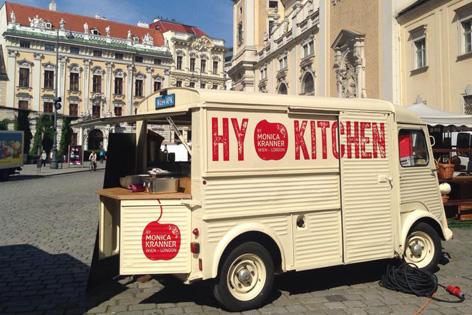 """Der Food Truck """"Hy-Kitchen"""" auf einem Marktplatz in Wien"""