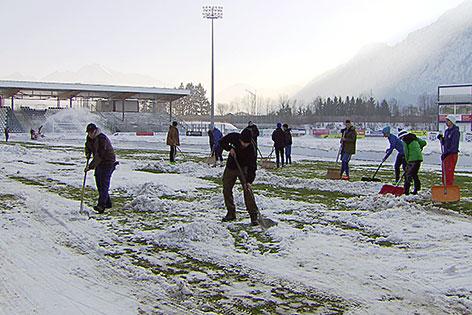 Schneeschaufeln auf dem Platz des SV Grödig