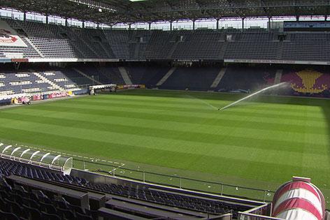 Stadion Salzburg in Wals Kleßheim mit Rasensprenger