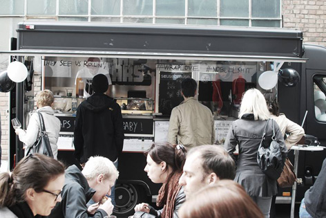 Menschen essen vor einem Food Truck