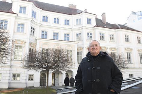 IHS-Interimschef Sigurd Höllinger vor dem Palais Strozzi in der Wiener Josefstadt