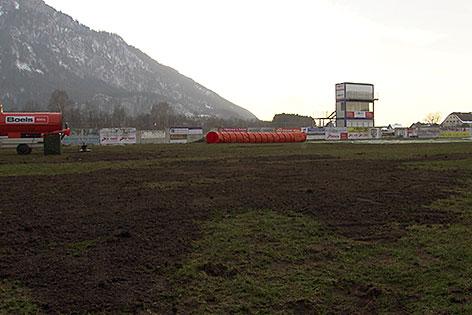 Desolater Rasen im Stadion in Grödig