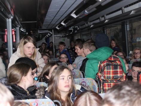 Überfüllter Schulbus Schüler