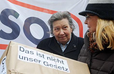 Ute Bock vor SOS-Mitmensch-Plakat