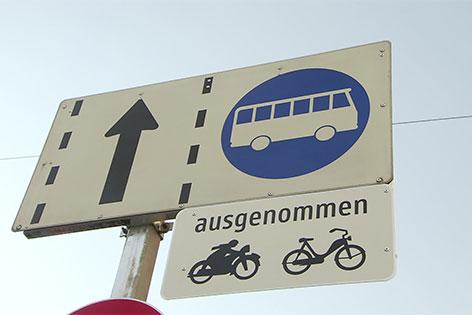 Schild Busspur