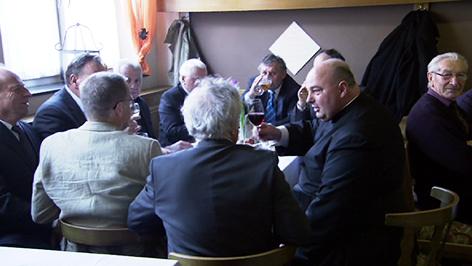 Pfarrer Brei im Gasthaus mit einer Männerrunde