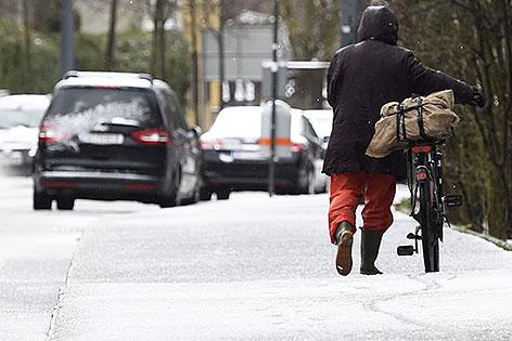 Radfahrer bei Schneefall