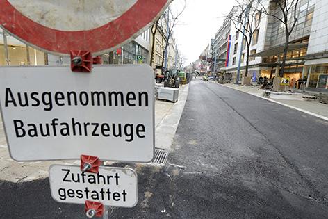Für den 32. Vienna City Marathon wird die Mariahilfer Straße provisorisch asphaltiert.