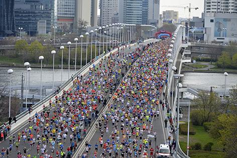 Das Teilnehmerfeld des 32. Vienna City Marathons am Sonntag, 12. April 2015, auf der Wiener Reichsbrücke