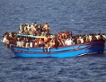 Boot mit Flüchtlingen im Mittelmeer