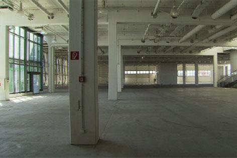 Leer stehende Halle beim Outlet Center