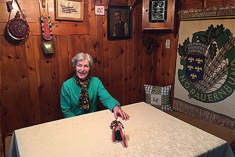 Anneliese Figl in der Bauernstube ihrer Wohnung