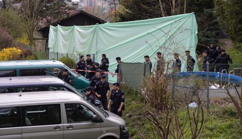 Polizei bei Such in Schrebergarten