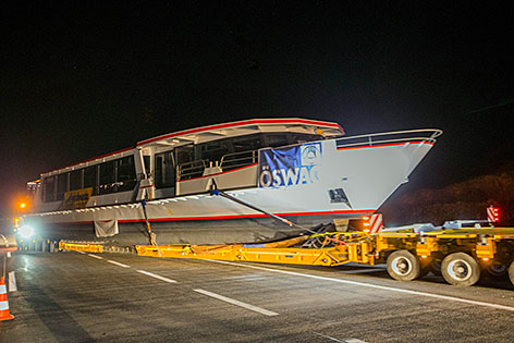 Neues Schiff der Hallstättersee Schifffahrt wird auf der Autobahn transportiert