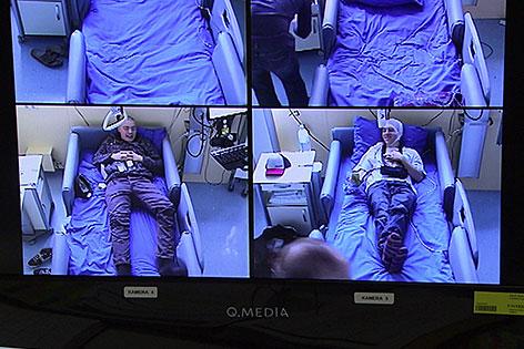Schlaflabor Patienten auf dem Monitor der Videoüberwachung