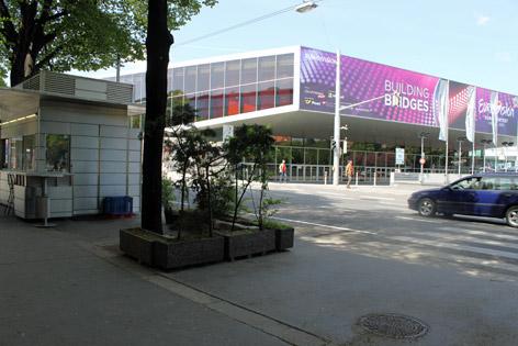 Stadthalle und Würstelstand