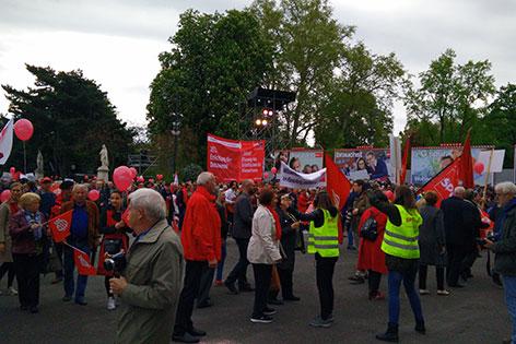 Maiaufmarsch, Einzug der Bezirksgruppen, winkende SPÖ-Politiker