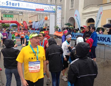 Erste Läufer bei Salzburg-Marathon im Ziel